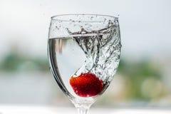 Het water giet in een glas royalty-vrije stock afbeelding