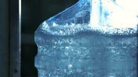 Het water giet in fles stock video