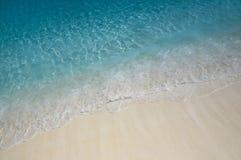 Het water golft dichtbij de kust Stock Afbeeldingen