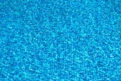 De golvende achtergrond van het poolwater stock afbeelding