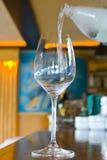 Het water goot in een Glas Stock Fotografie