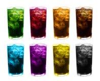Het water multikleur van het ijsglas, kleurrijk vruchtensap gemengd in ijsglas, het sapglas van de ijsthee, zoete sprankelende dr stock afbeelding