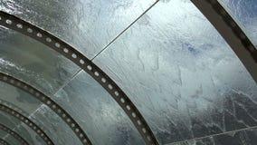 Het water stroomt onderaan de Glaskoepel stock videobeelden