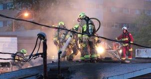 Het water van brandbestrijdersnevels op het dak in daglichtvoorwaarde stock footage