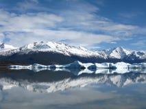 Het water van Calafate mirrow met bergen royalty-vrije stock fotografie