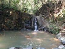 Het Water van de bergstroom stock afbeelding
