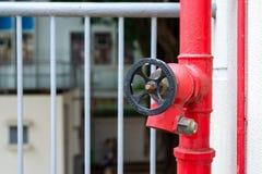 Het water van de brandkraanafzet met poortklep stock afbeelding