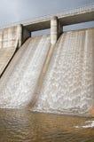 Het water van de dam om energie te produceren Stock Afbeelding