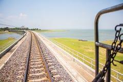 Het water van de dammenopslag in de spoorwegen Thailand Royalty-vrije Stock Foto's