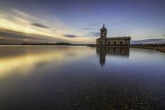 Het water van de Normantonkerk rutland rutland stock fotografie