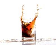 Het water van de plonsalcohol in geïsoleerd glas Stock Fotografie