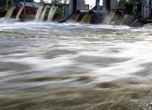 Het water van de pomp tussen watervloed Royalty-vrije Stock Afbeeldingen