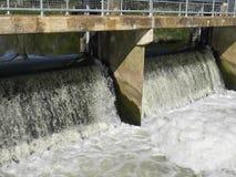 Het water van de rivierwaterkering Stock Foto
