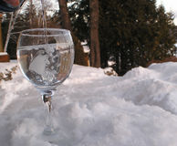 Het water van het glas op rock2 Stock Afbeelding