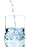 Het water van Puring op een glas Stock Afbeeldingen