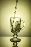 Het water van Sprakling Dynamische aar, dorst het doven op een hete dag Stock Foto