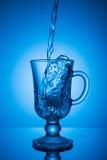 Het water van Sprakling Dynamische aar, dorst het doven op een hete dag Stock Foto's