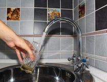 Het water wordt getypt in een glas Stock Foto's