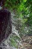 Het water wordt opgesplitst op een rots splatter royalty-vrije stock afbeelding