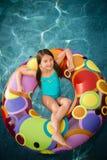 Het waterbinnenband van het kindmeisje Stock Foto