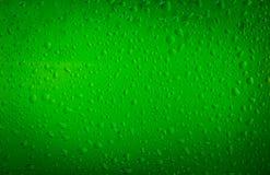Het waterdalingen van de textuur op de fles bier Stock Afbeeldingen