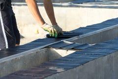 Het waterdicht maken van de Stichting voor de bouw van een huis van hout wordt gemaakt dat stock foto's