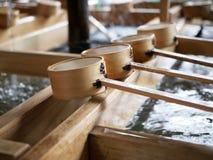 Het waterdipper van Japan voor wijwater bij Meiji-heiligdom Tokyo Stock Foto