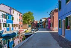 Het waterkanaal van het Buranoeiland, kleurrijke huizen en boten, Venetië, Italië Royalty-vrije Stock Foto