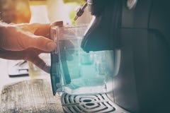 Het waternieuwe vulling van de koffiemachine Royalty-vrije Stock Afbeelding