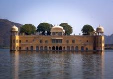 Het waterpaleis werd gebouwd tijdens de 18de eeuw in het midden van Mensensager Meer Royalty-vrije Stock Afbeeldingen
