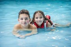 In het waterpark liggen de jongen en het meisje in de pool royalty-vrije stock foto