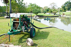 Het waterpomp van de motor in tuin Stock Afbeeldingen