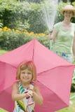 Het waterpret van de zomer met de regen van de tuinslang Royalty-vrije Stock Afbeelding
