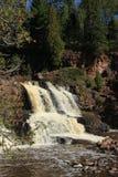 Het waterspiegelschot van watervallen bij Kruisbes valt Minnesota Stock Afbeelding