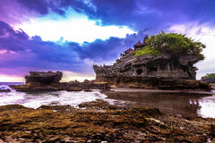 Het watertempel van de Tanahpartij in Bali De aardlandschap van Indonesië Het beroemde oriëntatiepunt van Bali Royalty-vrije Stock Foto