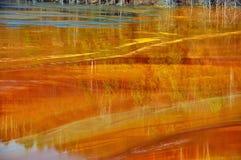 Het waterverontreiniging van de kopermijn in Geamana, Roemenië Stock Fotografie