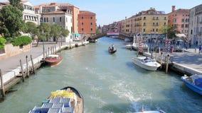 Het watervervoer, motorboten met mensen zwemt langs groot kanaal voorbij huizen stock video