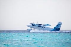 Het watervliegtuig landt op water stock fotografie