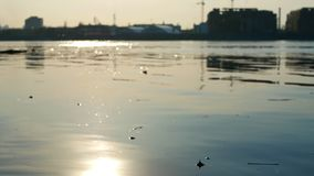 Het waterzon van de zonsondergangrivier stock video