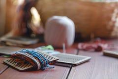 Het het weefselgezoem van de garenbundel schoot tegen het licht die zijn draden en garens op het tapijtweefgetouw tonen stock foto