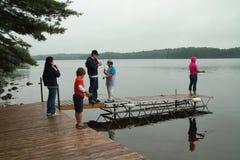 Het weekend van de familie bij de plattelandshuisje visserij. royalty-vrije stock foto's