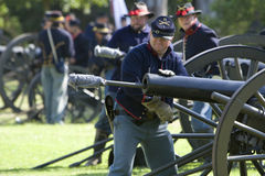 Het Weer invoeren 22 van de Burgeroorlog - de Lading van de Canon royalty-vrije stock foto