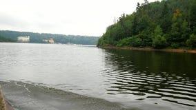 Het Weergeven aan Orlik-kasteel van boot drijft op de oppervlakte van de dam Orlik 20 van Juli 2019 stock video