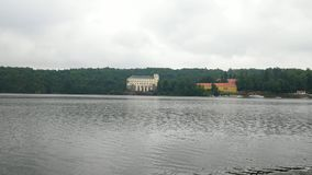 Het Weergeven aan Orlik-kasteel van boot drijft op de oppervlakte van de dam Orlik 20 van Juli 2019 stock videobeelden