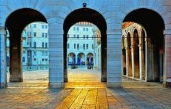 Het Weergeven op de brugstreek van Venetië Rialto met kanaal grande en Fondaco-de voorgevel van deitedeschi door oude steen drie  stock afbeeldingen