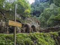 Het Weergeven op roestige ruïnes van oude die 19de eeuw verliet fabriek Fabrica DA Cidade en Fabrica DA Vila, in bos wordt verlor royalty-vrije stock foto's