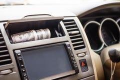 Het Weergeven van buiten de auto bij kostbaarhedenportefeuille, Vensters die worden gerold onderaan is open uitnodigingen voor di royalty-vrije stock afbeelding