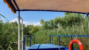 Het Weergeven van de Boot op de Rivier met Riet stock videobeelden