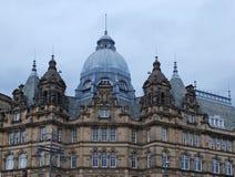Het Weergeven van de daken en de koepels van de historische 19de eeuw kirkgate brengen in Leeds West-Yorkshire op de markt stock foto