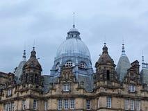 Het Weergeven van de daken en de koepels van de historische 19de eeuw kirkgate brengen in Leeds West-Yorkshire op de markt stock foto's